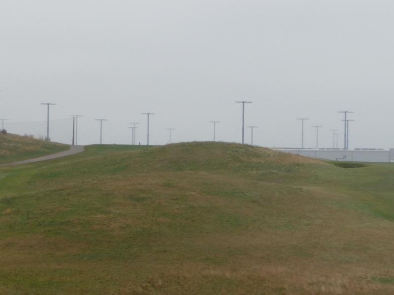 Tihkuinen maisema golfkentän ylitse satamaan