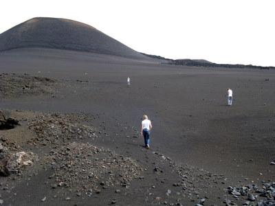 Toimivan tulivuoren kraaterissa, eräs huipuista