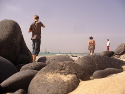 Samu, Heli ja Tuomas rannalla