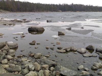 Uutelan makkaranpaistopaikan edessä jäät ovat jo lähdössä.