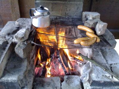 Lämmin ruoka ja kahvi valmistumassa