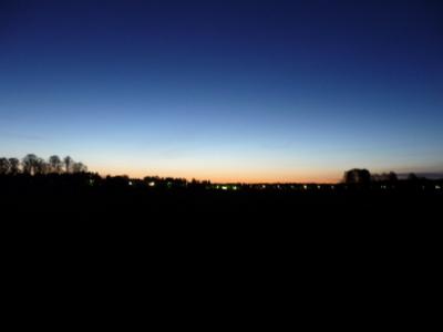 Auringon valo loimottaa Viikin peltojen yli pohjois-koillisesta