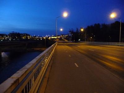 Aamu sarastaa Vuosaaren sillalla