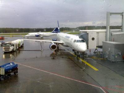 Embraer 190 odottaa illan matkustajia