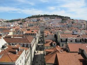 Yläkaupungista kohti Sao Jorge -linnaa